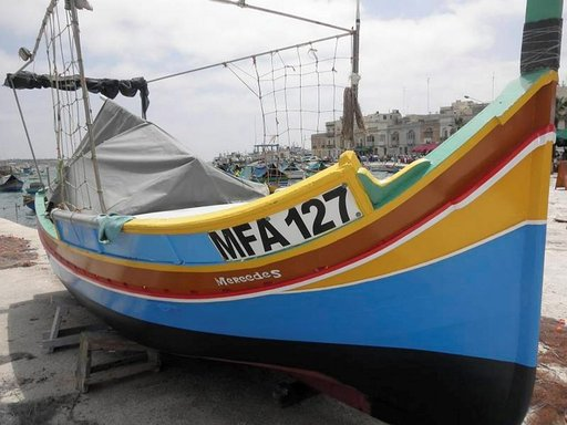 Kalastajaveneet erottuvat värikkyydellään.