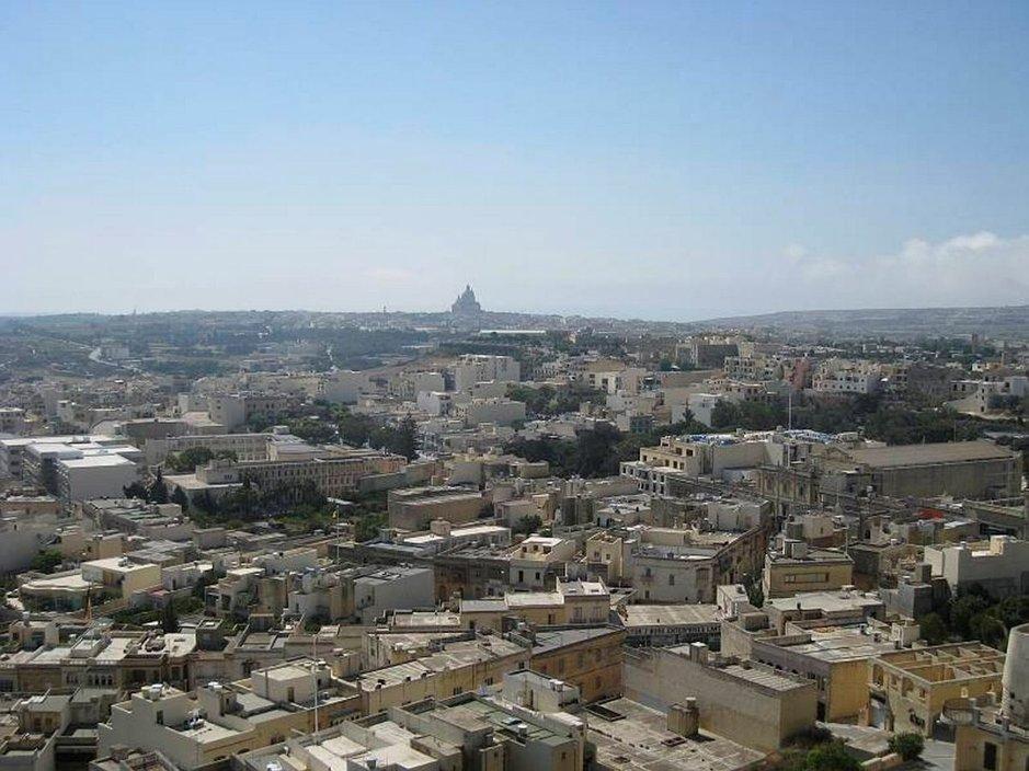Saaren sydämestä, Cittadellan linnoituksesta tähystää yli saaren aina Maltalle saakka.