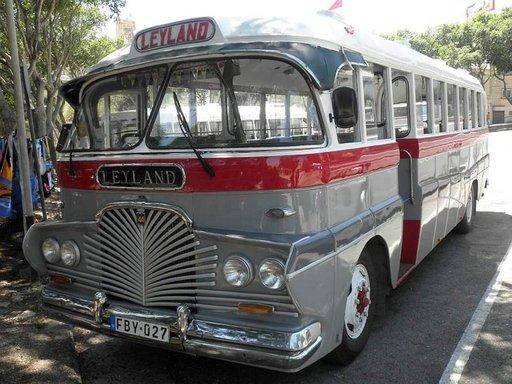 Paikallisbusseissa kulkevat niin koululaiset kuin päiväretkeilijätkin.
