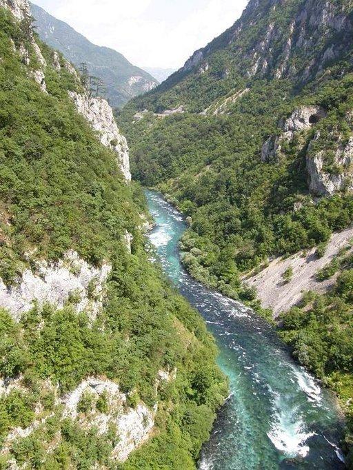 Kirkasvetinen Tara-joki halkoo maisemaa.