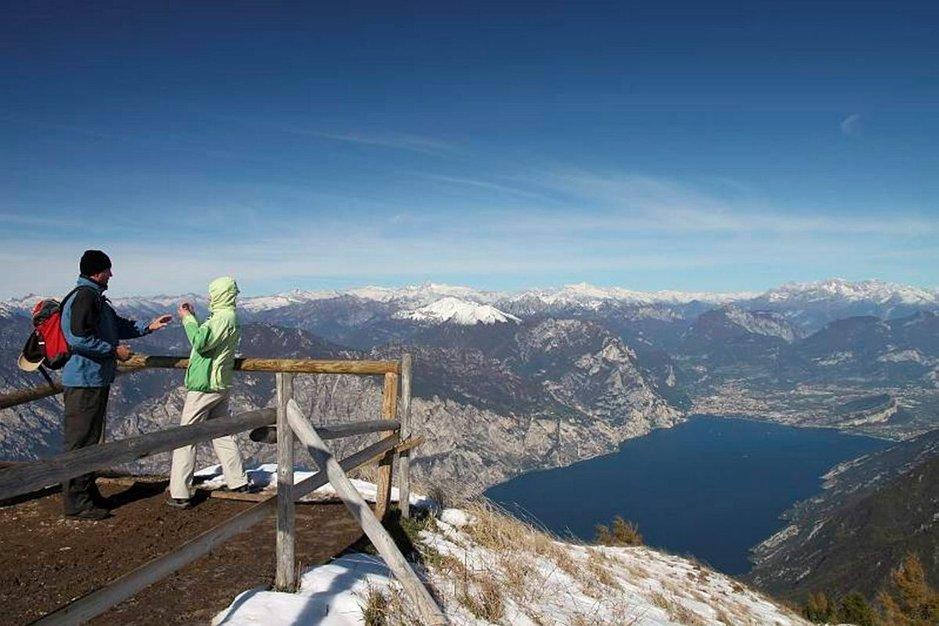 Monte Baldon huiput kohoavat yli kahden kilometrin korkeuteen. Alapuolella siintää Gardajärvi ja Limonen pikkukylä.