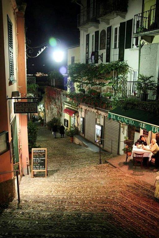 Yöllisiä tunnelmia Comojärven rannalla Bellagion pikkukylässä.