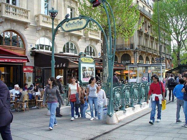 Katukivien alla ranta Pariisin Latinalaiskorttelissa