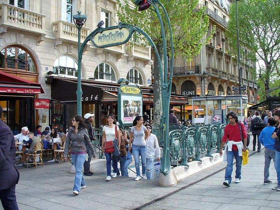 Saint Michelin aukiolle pääsee suoraa metrolinjalla numero 4.