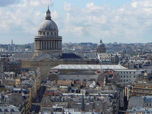 Valtava Panthéon kohoaa korkealle kaupungin kattojen yläpuolelle.