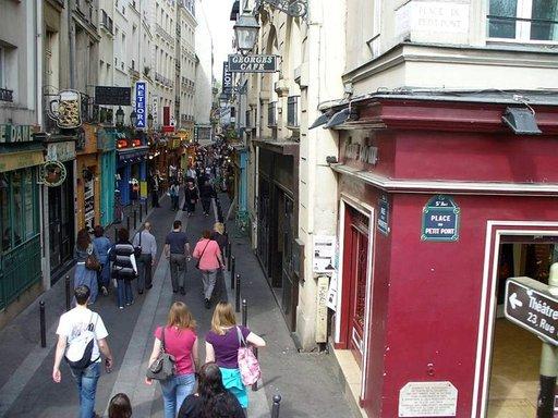 Rue de la Huchette, kapea kävelykatu on 800 vuotta vanha.