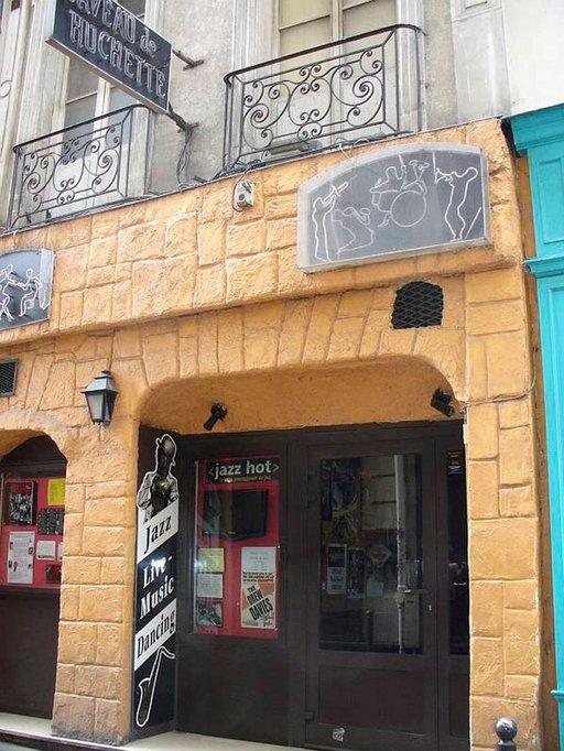 Pariisin vanhin jazzluola vuodelta 1925 löytyy Latinalaiskorttelista. Caveau de la Huchettessa jazzaillaan aamuun saakka.
