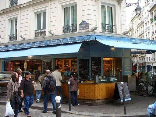 Boulangerie de Papasta saa lämpimät pullat, croissantit ja täytetyt patongit.