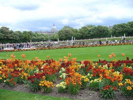 Luxenburgin puiston kukkaloistoon ei kyllästy koskaan.Taustalla näkyy Panthéon.