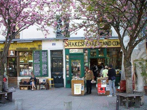 Vuonna 1919 perustetusta Shakespeare and Company- kirjakaupasta löytyy uutta ja käytettyä englanninkielistä kirjallisuutta.