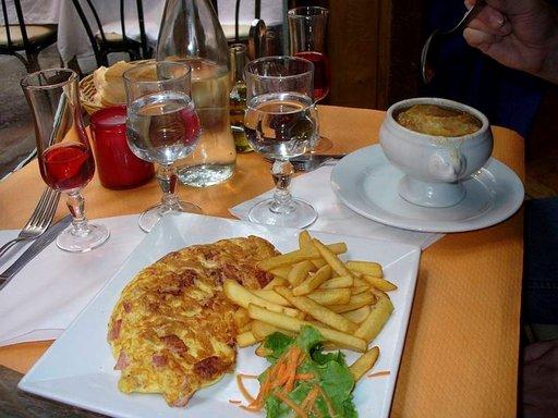 Latinalaiskorttelissa syö lounaaksi sipulikeiton ja omeletin kohtuuhintaan.