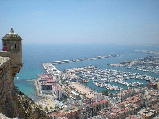 Näkymä Santa Barbaran linnasta Alicanten satamaan.