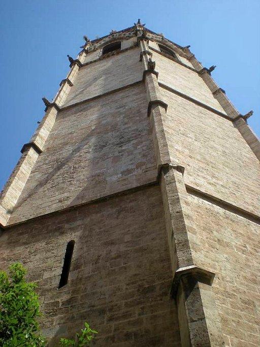 Valencian vanhan keskustan rakennukset kohottavat torninsa kohti taivaan sineä.
