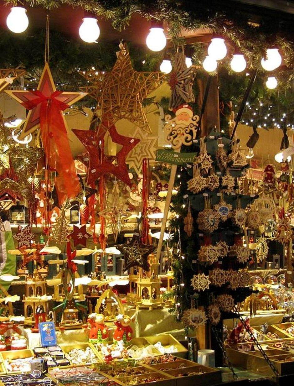 Joulumarkkinoilla myydään käsitöitä, koristeita ja herkkuja moneen makuun.