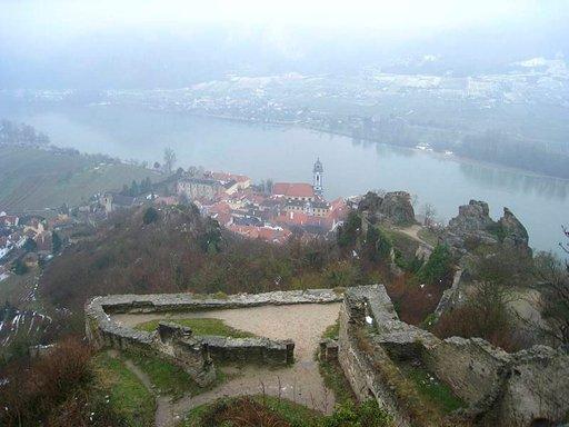 Dürsteinin linnan raunioilta avautuu upea maisema alas Tonavan jokilaaksoon.