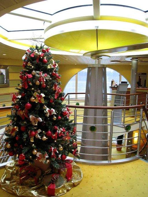 Laivojen joulukoristeluun on panostettu.