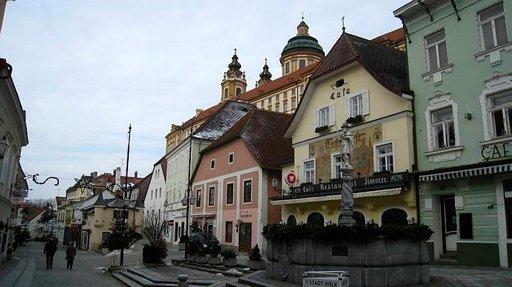 Melkin Vanhaakaupunkia vartioi valtava luostarirakennus.