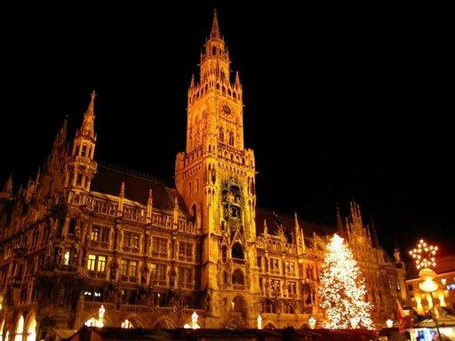 Münchenin suurimmat joulumarkkinat järjestetään Marienplatzilla Raatihuoneen edessä.
