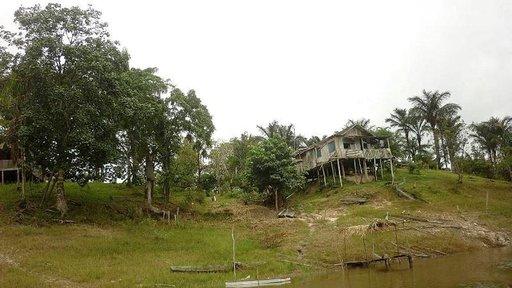 Paikallisten asukkaiden rakentama asumus kyhjöttää joen rannassa.