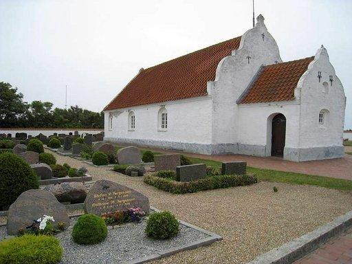 Mandøn pientä kirkkoa ja hautausmaata hoidetaan huolellisesti.