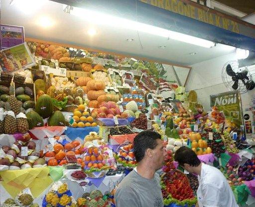 Värikylläinen hedelmäkoju kauppahallissa.