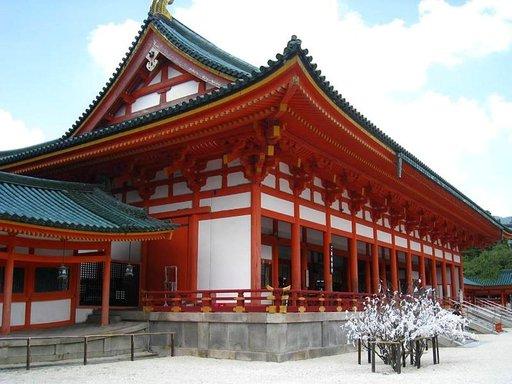 Punainen shintolaistemppeli kuuluu Kioton kauneimpiin nähtävyyksiin.