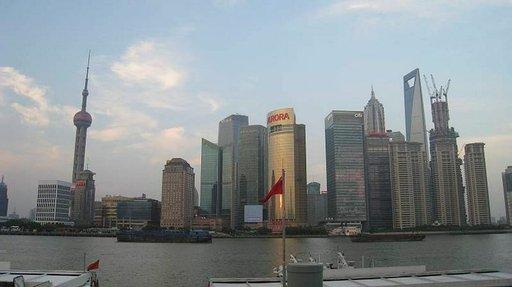 Shanghain Bund-kävelykadulta on komeat näkymät Huangpu-joen vastarannalle.