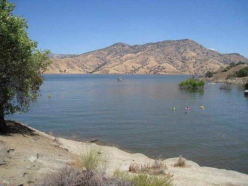 Lake Kaweah -järvi juuri ennen Sequoian sisäänkäyntiä on suosittu lomakohde.