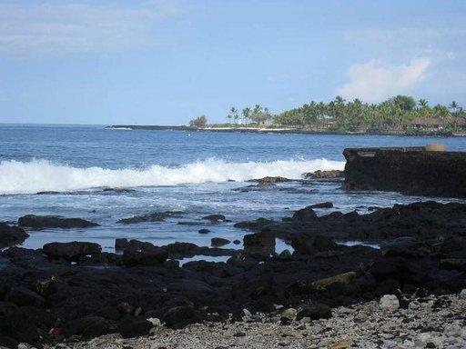 Tulivuorisaarilta löytyy myös karumpia rantoja.