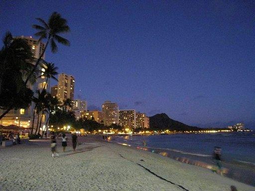 Auringonlasku Waikiki Beachilla on unohtumaton elämys.