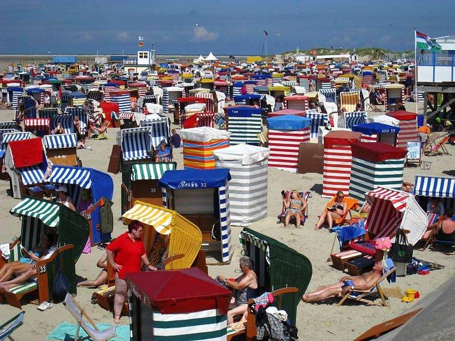 Saksalaistyyliset korituolit ovat hiekkarannan väriläiskiä.