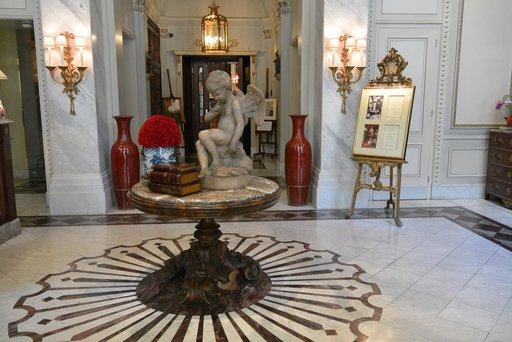 Hotel Sacherin aulan sisustus huokuu historiaa.