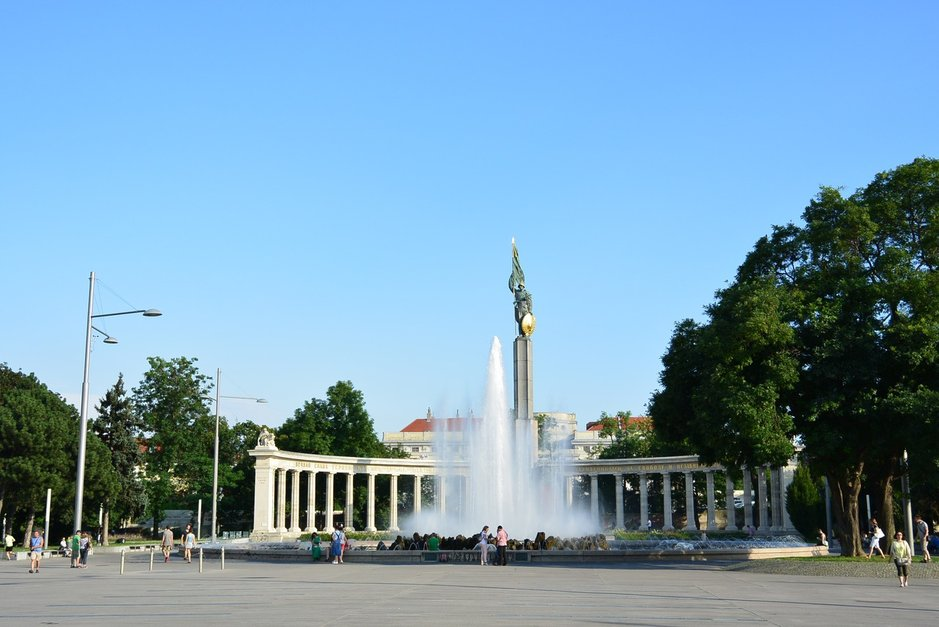 Hochstrahlbrunnenin suihkulähde Schwarzenbergplatzin aukiolla on kaupungin komein suihkulähde. Ikää sillä on reilut sata vuotta.