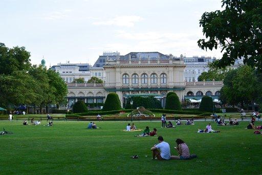 Puistoissa viihtyminen on Wienissä suosittua ajanvietettä.