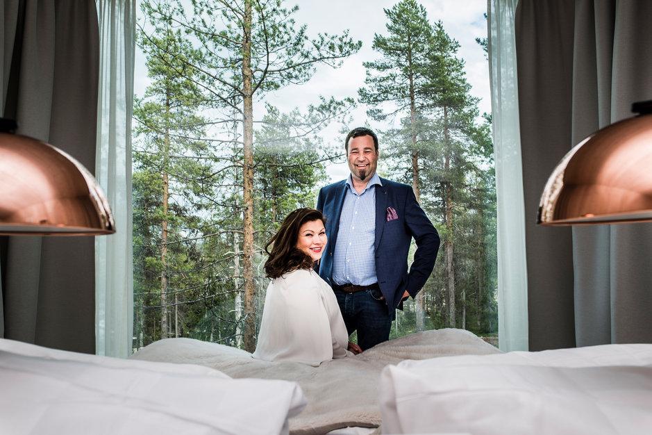Palkittu Joulumaan pelastajat! Rovaniemellä toimiva Santa Park on vuoden matkailuyritys. Tässä yrittäjät Katja Ikäheimo-Länkinen ja Ilkka Länkinen uudessa hotellihuoneessa metsän keskellä Rovaniemen Napapiirillä, jossa uuden hotellihuoneen makuuhuoneen näköala avautuu huoneen seinänkokoisen ikkunan kautta suoraan lappilaiseen maisemaan.