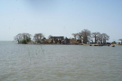 Tältä saarelta orjat kuljetettiin Amerikkaan. Muun muassa Kuntah Kinte on täältä astunut laivaan. Nyt saari on Unescon maailmanperintökohde.