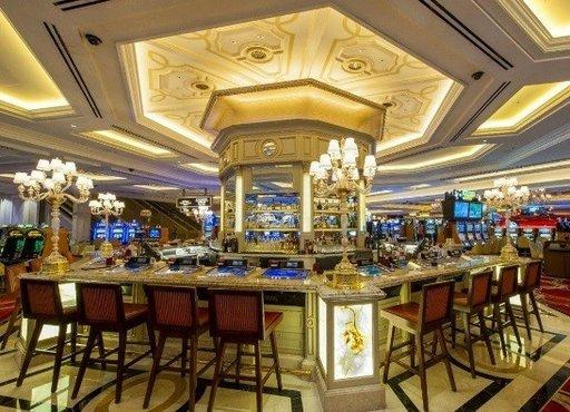 Voit elää todellista luksuselämää Las Vegasin The Venetian -hotellissa, joka sijaitsee paalupaikalla Las Vegas Stripin sydämessä. Ylellisyyden huomaa heti, kun astuu sisään sen leukoja loksauttavan loistokkaaseen kasinoon. Sen katosta roikkuva Michelangelon mestariteos ja upeiden loosien reunustamat uima-altaat tihkuvat pintaliitoisen elämäntyylin tunnelmaa. Lähde gondoliajelulle ja kävele Grand Canalin mukulakivikaduilla lukuisia kauppoja kierrellen, ennen kuin vetäydyt omaan loisteliaaseen sviittiisi. Huoneiden hinta on alkaen 160 € per yö.