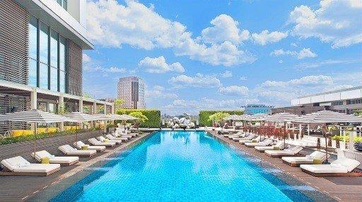 Pulahda uimaan tällä taivasta hipovalla ulkouima-altaalla, jonka oma ranta on 10 kerrosta Xinyin komean alueen vilinän ja vilskeen yläpuolella. Se on mahtavalla kaupunkinäköalallaan miltei epätodellinen paikka kylpeä auringossa, ottaa rennosti allastuoleilla ja siemailla drinkkejä. Huoneiden hinta on alkaen 269 € per yö.