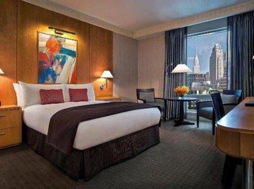Vaikka tämä trendikäs hotelli sijaitseekin vain korttelin päässä Times Squarelta, saat täällä varmasti elämäsi yöunet, vaikkei kaupunki itse koskaan nukukaan. Hotellin kuuluisa SoBed™-sänky on niin mukava ja niin suosittu matkailijoiden keskuudessa ympäri maailman, että voit itse asiassa ostaa sellaisen itsellesi. Sen mittatilaustyönä tehty patja on suunniteltu tarjoamaan tasapainoisesti pehmeyttä ja tukea. Uinuttuasi sen pehmeän ylellisissä Yves Delorme-lakanoissa muhkeilla tyynyillä ja höyhenpatjalla untuvapeitteen alla, et millään malttaisi nousta ylös, vaikka Iso Omena odottaakin. Huoneiden hinta on alkaen 229 € per yö