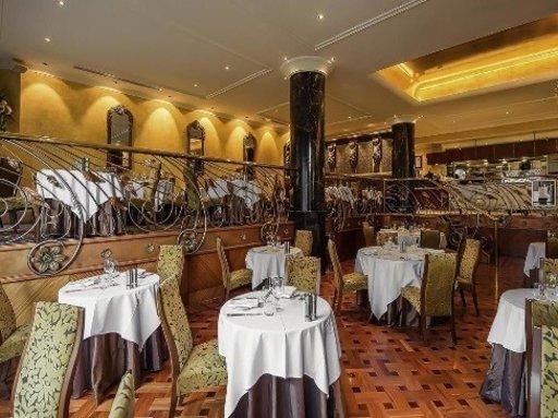 Palkintoja kahminut Playford Restaurant -ravintola tarjoaa luovia maailmanluokan ruoka-annoksia tämän luksushotellin huomassa. Tämä upea, korkeatasoisimpia eteläisen Australian raaka-aineita käyttävä ravintola on erikoistunut moderniin australialaiseen ruokaan, joka on viimeistelty tarkkaan valitulla viinilistalla. Jos yövyt hotellissa, älä jää paitsi sen mitä herkullisimpia terveellisiä ruokia tarjoavasta buffet-aamiaisesta. Huoneiden hinta on alkaen 108 € per yö.