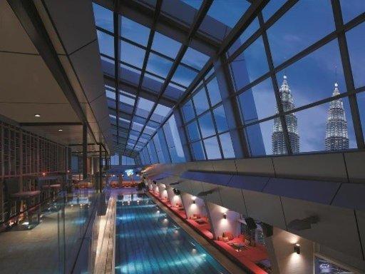 Palkittu SkyBar,yksi kaupungin suosituimmista kattoterasseista,sijaitsee korkealla Traders Hotel Kuala Lumpurin 33. kerroksessa, ja tarjoaa laajan valikoiman erilaisia drinkkejä, jokailtaisen DJ:n sekä upean näkymän Petronas Twin Towersin pilvenpiirtäjien ylle cabana-looseista käsin.Huoneiden hinta on alkaen 114 € per yö.