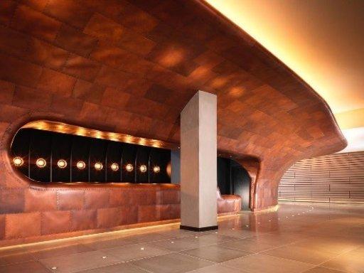 Tämä upea, Lontoon Southbankillä viehättävänä ja viettelevänä seisova hotelli on Britannian parhaisiin suunnittelijoihin kuuluvan Tom Dixonin käsialaa. Sen teemana on transatlanttinen risteilyalus alkuperäisen rakennuksen merenkulkuhistoriaa mukaillen. Tulet ihastumaan sen valtavaan, kuparipäällysteiseen rakenteeseen, joka tyylittelee laivanrunkoa ja ulottuu rakennuksen julkisivulta aulaan asti. Voit myös nauttia vedenalaisesta tyyneydestä hotellin kylpylässä, herkullisesta ruosta sen hiljattain uusitussa Sea Containers -ravintolassa sekä sen mitä lumoavimman kattobaarin lasiseinistä ja ulkoterassista. Huoneiden hinta on alkaen 154 € per yö.