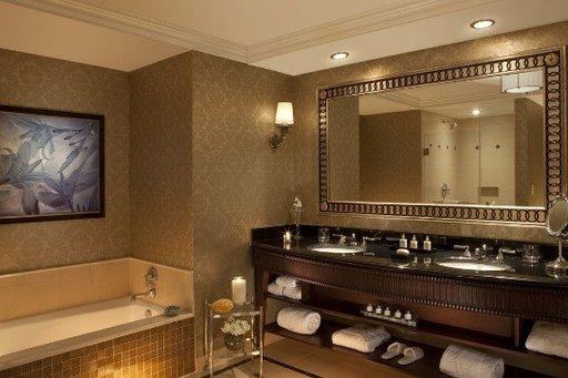 Myönnetään pois. Heti, kun hotellihuoneeseen astuu sisään, tekee mieli metsästää kaikkea, minkä voi napata mukaansa, ja tarkistaa ilmaisten kosmetiikkatuotteiden laatu. Voit siis hyvin kuvitella sen innostuksen tunteen, kun kirjaudut sisään ja löydät Salvatore Ferragamon korkealaatuiset designer-kosmetiikkatuotteet odottamassa sinua. Näillä tilaustyönä suunnitelluilla hotellituotteilla saat ylellisen kylpyläkokemuksen poistumatta jalallasikaan hotellihuoneesta. Tavallisen palasaippuan lisäksi sen valikoimaan kuuluu kaikkea suihkusaippuasta, vartalovoiteesta ja hajuvedestä kasvonaamioon sekä huuli-, käsi-, ja silmänympärysvoiteisiin. Voit nauttia niistä kaikista pehmeän pörröisessä kylpytakissa ja tohveleissa. Huoneiden hinta on alkaen 161 € per yö.
