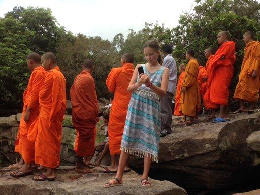 Buddhalaismunkit kuten koko kantaväestökin suhtautuvat turisteihin pidättyvän ystävällisesti.