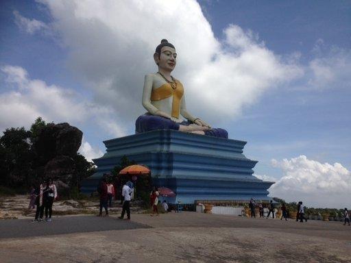 Tunnin ajomatkan päässä Villa Kep Resortista on 1.200 metriä merenpinnan yläpuolelle kohoava Bokor-vuori. Viikonvaihteissa vuoren Buddha-patsas on tuhansien kambodzalaisten retkikohde.