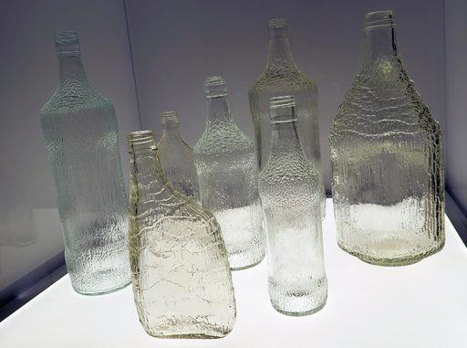 Merikeskus esittelee Kymenlaakson historiaa laajemminkin. Karhulan lasituotteilla on ollut iso merkitys, ja tunnetuksi ne ovat tulleet erityisesti Tapio Wirkkalan suunnittelemien pullojen ansiosta.