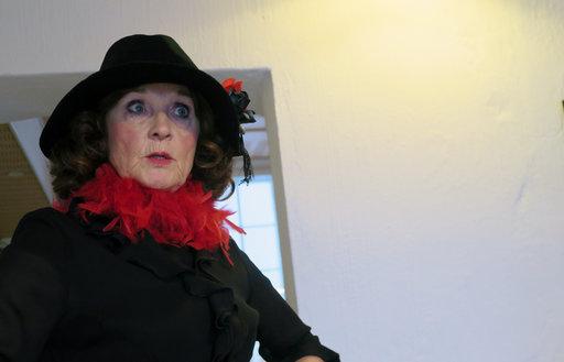 Rooliopas Satu Sokura eläytyy Kotkan Ruusun tarinaan. Kotkan Ruusu oli todellinen henkilö, Rosalia Mäkinen, joka piti parturinliikettä Kotkassa.