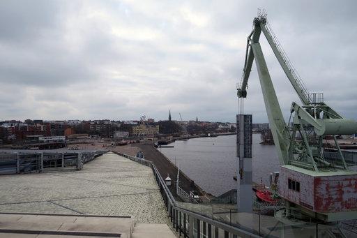 Merikeskus Vellamon kattoterassilta on upea näkymä Kotkan Kantasatamaan. Oikealla alapuolella jäänmurtaja Tarmo odottelee kesäviearaitaan.
