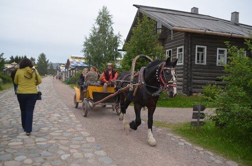 Mandrogin turistikeskuksessa voi liikkua vaikka hevosella.