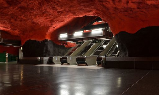 Nosta katse lattiasta, kun olet seuraavan kerran Tukholman metron kyydissä. Yhdeksälläkymmenellä asemalla sadasta on julkista taidetta. Solnan metroasema. Kuva: Pudelek, CC 4.0.